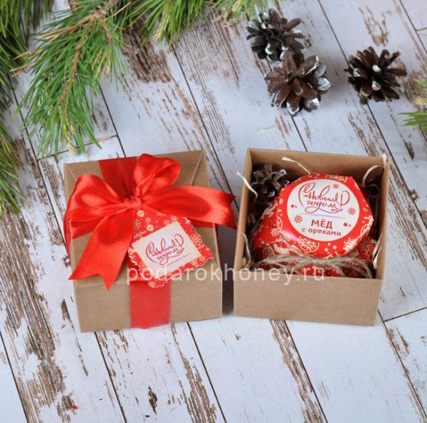 мед с орехами в мини коробочке на Новый год