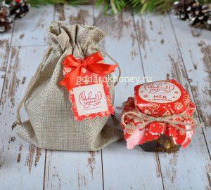 Мед с орехами в холщовом мешочке на Новый год